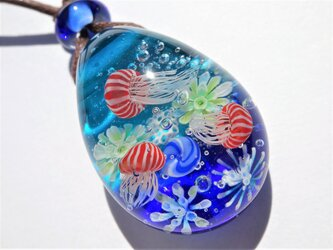 《赤ちゃんアカクラゲ》 ペンダント ガラス とんぼ玉 くらげ 海月 アクアリウムの画像
