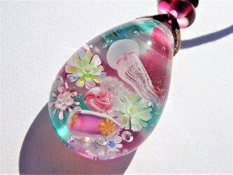 《クラゲとシンデレラウミウシ》 ペンダント ガラス とんぼ玉 海月 ウミウシの画像