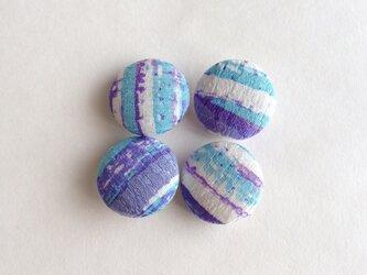 絹手染くるみボタン4個(白水色紫)の画像