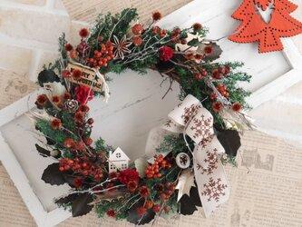 赤い実のクリスマスリース 白リボンの画像