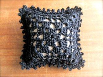 レース編みのピンクッション 黒の画像