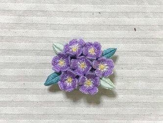 紫花の手刺繍ブローチの画像
