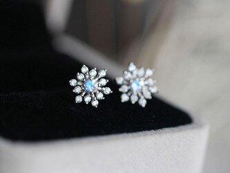 雪の結晶 ムーンストーンのスタッドピアス 6月誕生石 恋の予感、健康と幸運、富、長寿を象徴する石の画像