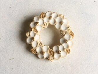 陶ブローチ ちいさな花冠:Whの画像