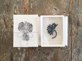 ブルーグレーの花。。。suMire-bouquet 布花コサージュの画像