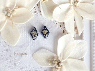 18p087・白いかすみ草のひし形1粒ピアス☆ネイビー ホムポムの画像