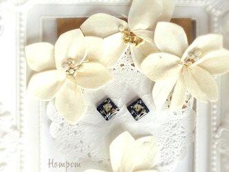 18p088・白いかすみ草の四角い1粒ピアス☆ネイビー ホムポムの画像