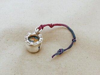 銀製の鈴 『 金魚鉢の金魚 』 (シルバー925+レジン) バッグチャーム・帯飾りの画像