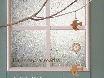 小鳥と花輪のオーナメントの画像