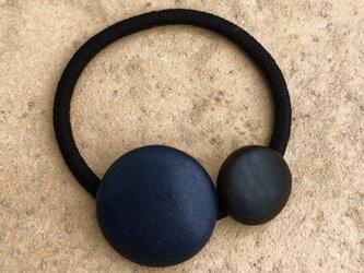 本革くるみボタンのヘアゴム 濃紺色と黒色の画像