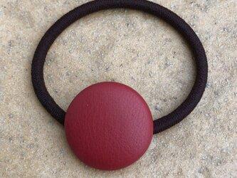 本革くるみボタンのヘアゴム 赤の画像