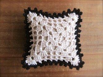 レース編みのピンクッション オフホワイト×黒の画像