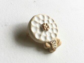 陶ブローチ ちいさな花:Whの画像