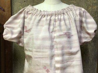 桜貝色の紬のトップスの画像