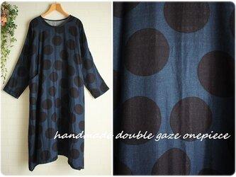 sale身幅71cm 紺×黒 大きい水玉 Wガーゼ ポケット付き 長袖ワンピース 大きいサイズ    3L~4Lの画像