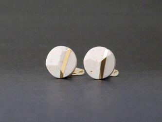 ランダムカットのイヤリング WHITEの画像