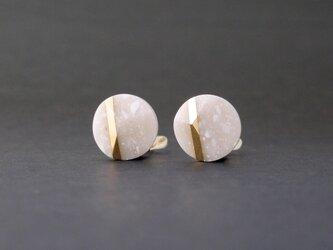 ランダムカットのイヤリング NUTSの画像