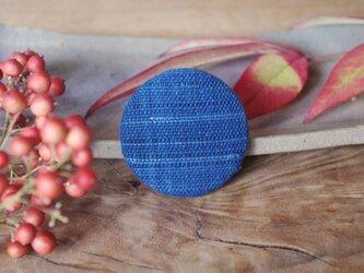 藍・つなぎ糸 まるブローチの画像