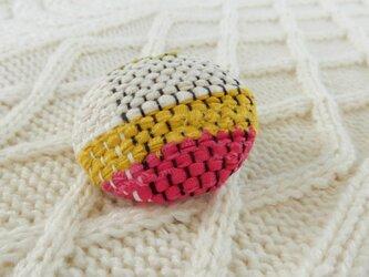 裂き織りのブローチの画像