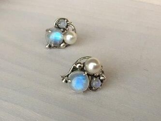 レインボームーンストーンと真珠のピアスの画像