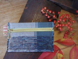 バッグの中で迷子になりにくいカードケース 木綿・手織り(藍色&白×黄緑色のファスナー)の画像