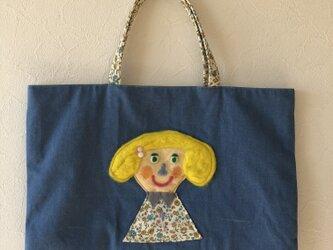 女の子のかばんの画像