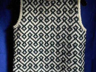 ナス紺と白の編み込みベストの画像