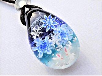 《雪降る夜に~氷華》 ペンダント ガラス とんぼ玉 雪の結晶 うさぎの画像