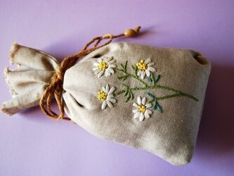 リネンのハーブ刺繍のサシェ〈カモミール〉の画像