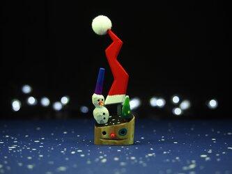 赤鼻の小枝ちゃん雪だるまとサンタ帽の木の画像
