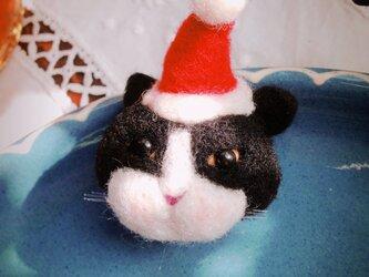 【羊毛フェルト】ハチワレ猫サンタのマグネットの画像