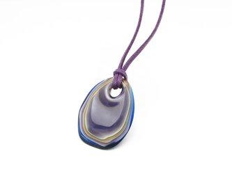 重なるガラスのペンダント(紫色)の画像