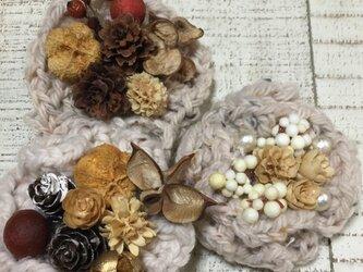 ふりふり可愛いお花モチーフと木の実のアクセサリーの画像