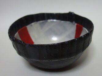 赤い面のある器の画像