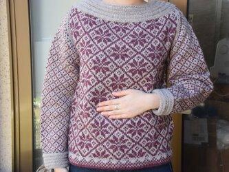 エレガントスタイルのあずき色セーターの画像