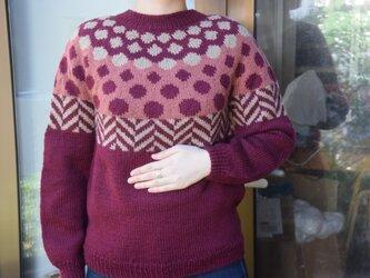 丸柄の深赤セーターの画像