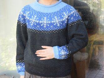 大きな雪柄、ブルーセーターの画像
