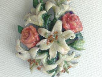 百合とバラのブローチの画像