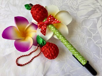 ハワイアンリボンレイ【アップルペン&チャーム】完成品の画像