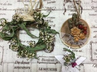 冬の切り株木の実とゆらゆら星型オーナメントと野の花のミニミニナチュラルリースの画像