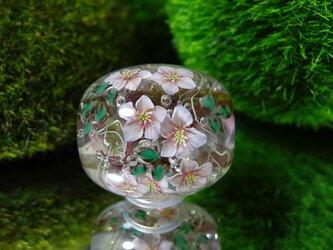 クリスマスローズのとんぼ玉(ガラス玉)の画像