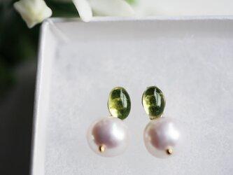 ペリドットと真珠キャッチのスタッドピアス ~Bereniceの画像