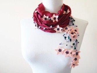 刺繍のお花付き シルクスカーフのロングラリエット ワインレッドの画像