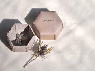 革の六角形ボックスの画像