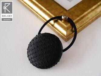 シンプルで小洒落れたラウンドレザーポニー 本革 パイソン 蛇革 ヘアゴム・ブラック 黒 の画像