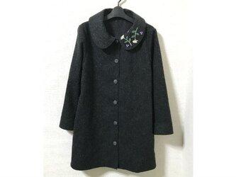 襟に刺繍のウール単コートの画像