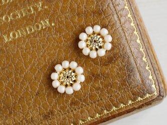 アンティークレトロなお花の小ぶりイヤリングの画像
