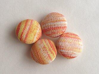 絹手染くるみボタン4個(オレンジ系)の画像