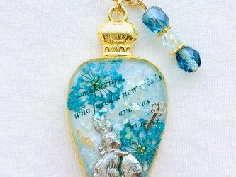 香水瓶キーホルダー ウサギ(青い想い出)の画像