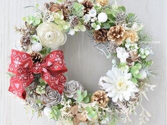 ウィンターホワイト 白い花のリース:クリスマス リボン 木の実の画像